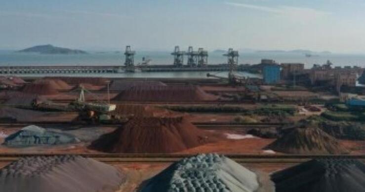 中国铁矿石期货下跌 因钢铁产量控制抑制需求