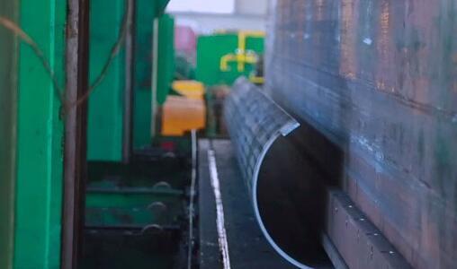 由热轧或冷轧钢板或钢带卷在焊接设备上焊接而成的钢管统称为直缝焊管
